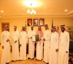 وكيل بلديات الرياض يكرّم رئيس بلدية البديع