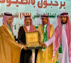 محافظ الأفلاج يُكرم الشيخ ناصر آل بازع على دعم فعاليات اليوم الوطني بمحافظة الأفلاج