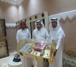 رجل الأعمال عايض القحطاني يكرم الأستاذ خالد الٌ سيف