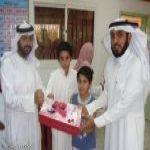 في يوم الحصاد طالبين يكرمون معلمهم بمدرسة أحمد بن حنبل