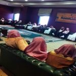 مشايخ وطلبة علم يناقشون مسؤولي وزارة العمل في عمل المرأة