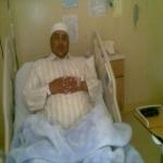 محمد عبدالله الزير يرقد على السرير الأبيض