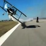 طائرة كادت تقتل سائق دراجة نارية في اخر لحظة - فيديو