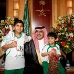 الأمير نواف بن فيصل يودع أبناء إنسان بـ (تامرون شي ياحبايبي)