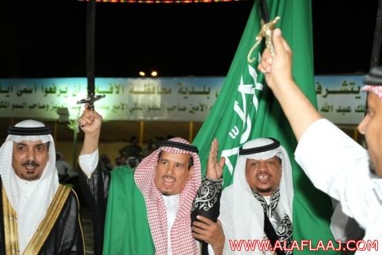 محافظ الأفلاج يشارك الأهالي العرضة السعودية