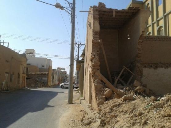 المنازل الطينيه في الموقفة تهدد المارة على الطرق الفرعية