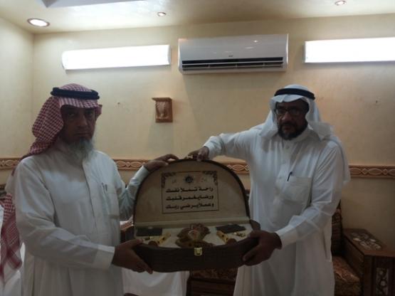 مدير مدرسة طارق بن زياد السابق يكرم الأستاذ ناصر آل فواز