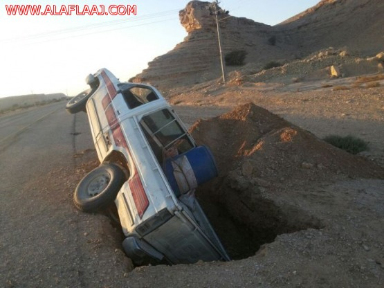 سقوط سيارة في حفريات على طريق بالأحمر