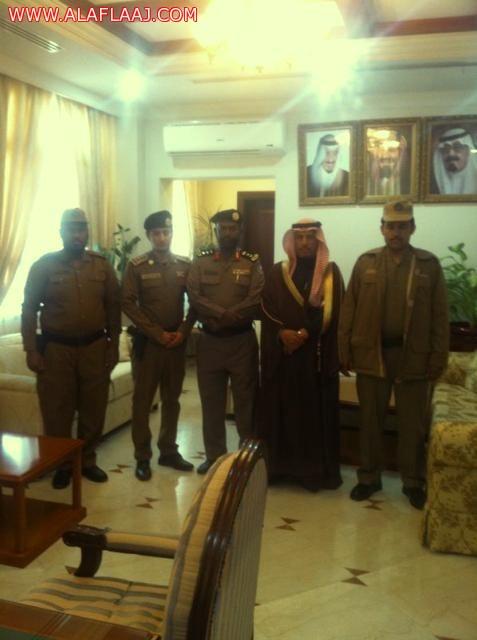 أمير الرياض يكرّم أمن طرق العجلية