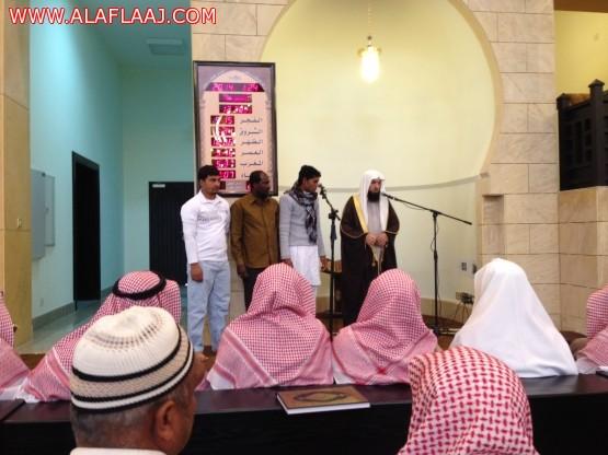 إسلام ثلاثة من العماله بعد صلاة الجمعة