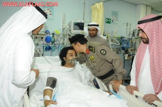 """مدير الأمن العام يطمئن على صحة مصابي """"مطاردة الأفلاج"""