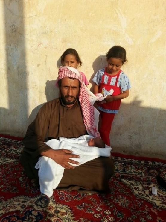 مواطن في الأفلاج يعرض أطفاله للبيع