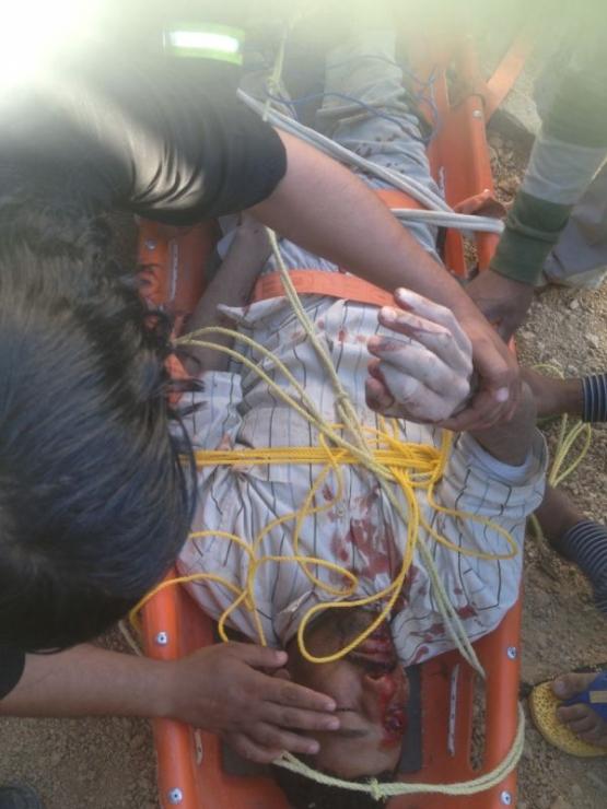 مدني الهدار ينقذ وافد سقط في بيارة تحت االإنشاء