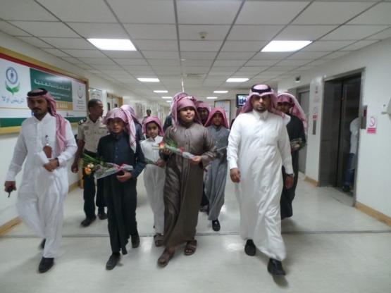 وفد من طلاب متوسطة أحد يزور المرضى المنومين بالمستشفى العام