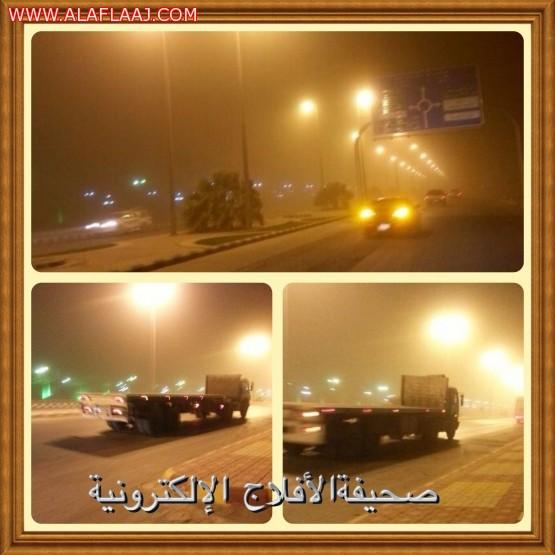 موجة غبار تجتاح الأفلاج وتوقف الحافلات والناقلات على الطرق السريعة