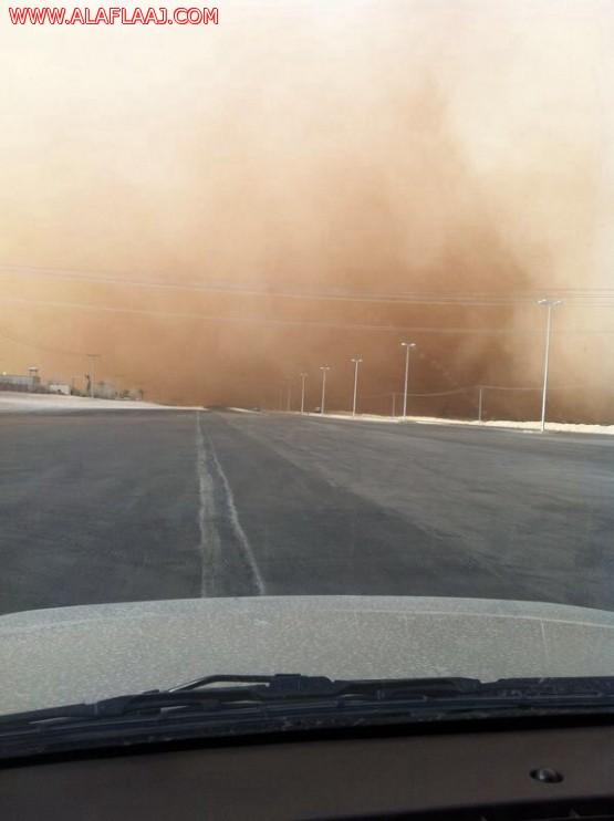 بالصور : عاصفة رملية تضرب سماء الأفلاج وتقف سير المسافرين
