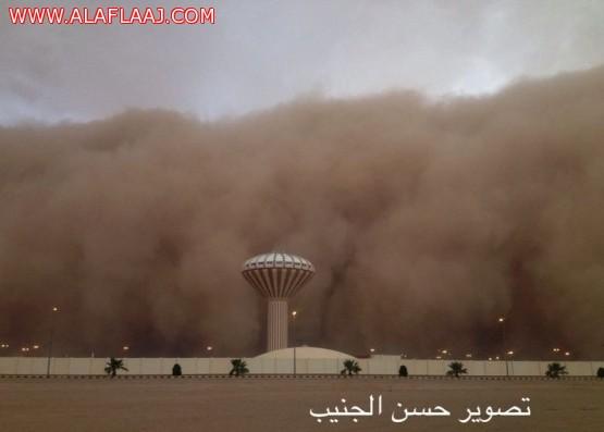 موجة غبار تجتاح الأفلاج وتحد من الرؤية الأفقية