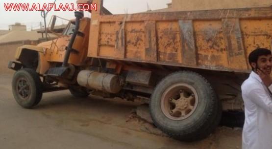 خزان صرف صحي يبتلع شاحنة نظافة بالأفلاج