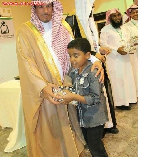 لفتة أبوية حانية لمحافظ اﻷفلاج مع أحد ابناء إنسان تلقى إشادة المغردون