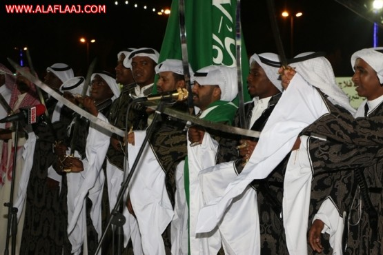 محافظ وأهالي الأفلاج يحتفلون بالعيد بالألعاب النارية والعرضة السعودية