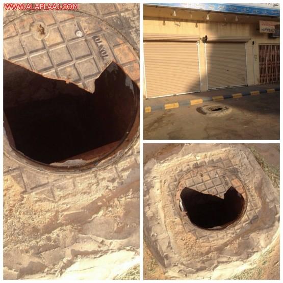 غطاء خزان صرف صحي متهالك ينتظر اصطياد أطفال حي الفيصلية باﻷفلاج