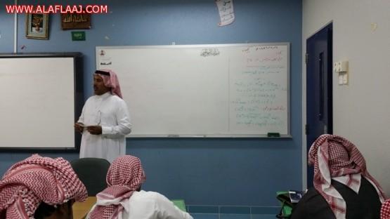 عملية جراحية تغيب معلم الكيمياء ومدير المدرسة يبادر بتدريس الطلاب