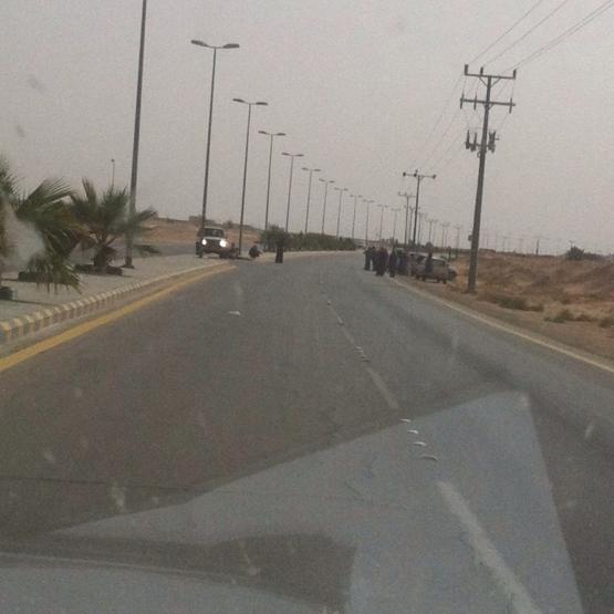 شرطة الأفلاج تلقي القبض على منتحل صفة رجال الأمن في نقطة تفتيش بسيارته