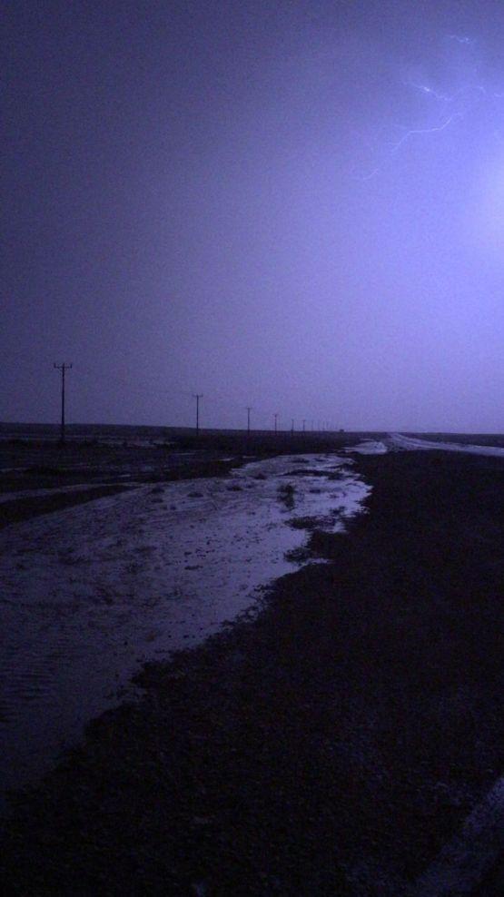 بالصور والفيديو : أمطار متوسطة على الأحمر وستارة وحراضة