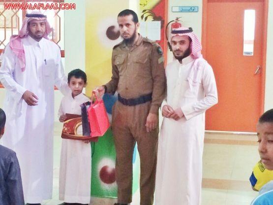 بتيماء .. طالب بالصف اﻷول الابتدائي يتكفل بإفطار زملاءه المحتاجين طوال العام