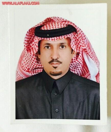 رجل أعمال يقدم مبلغ مالي لطالب ألقى قصيدة حماسية في الملك أثناء حفل مدرسي باﻷفلاج