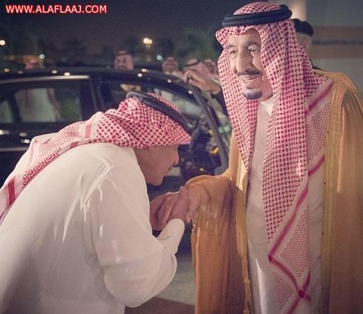 صورة للأمير مقرن يقبل يد خادم الحرمين الشريفين تحظى بإعجاب المغردين