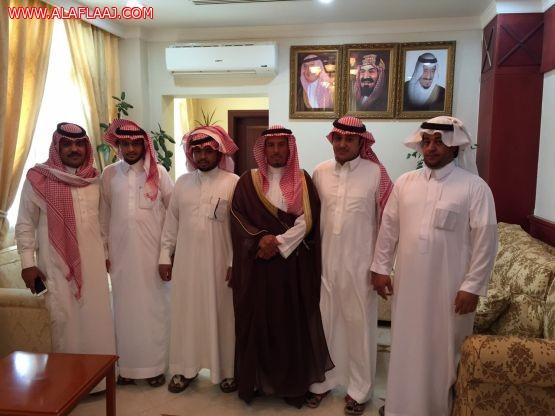 محافظ الأفلاج يسلم المتسابقين في سباق الخيل مكافأتهم بدعم الشيخ محمد بن ناصر البشر