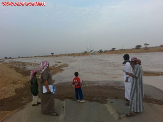 طلاب الرقاشية: على ضفاف بحيرات اﻷمطار وجريان السيول لم ينسو الدراسة