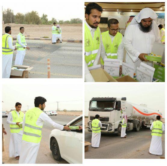 لجنة تنمية الأفلاج توزع 200 وجبة إفطار على المسافرين في أول أيام رمضان