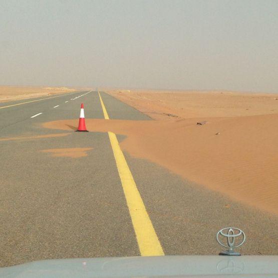 بلدية الهدار تزيل زحف الرمال الصحراوية على طريق الهدار الهمجة