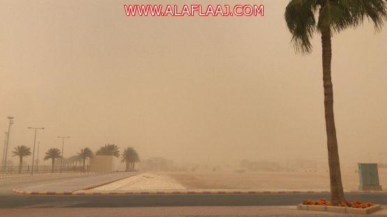 موجة غبار تجتاح محافظة الأفلاج