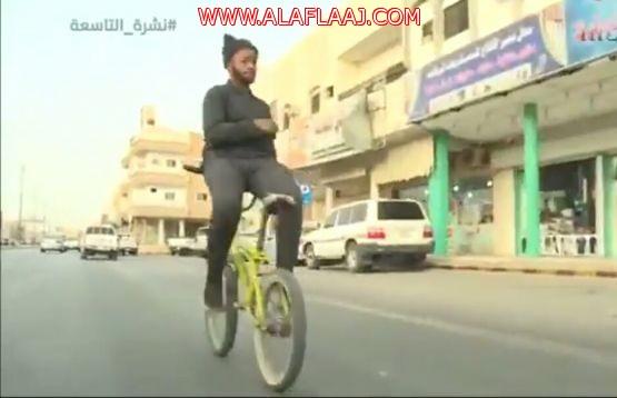 مواطن من ذوي الاحتياجات يقود دراجته بطريقة عكسية*