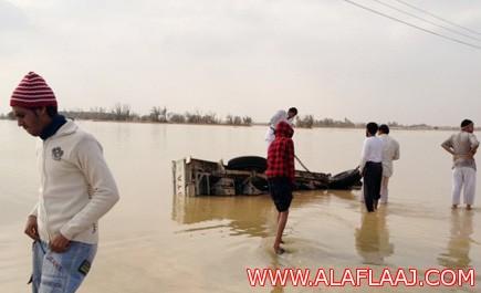 مواطنون ينقذون 3 فتيات انحرفت بهن سيارتهن في سيول الأفلاج
