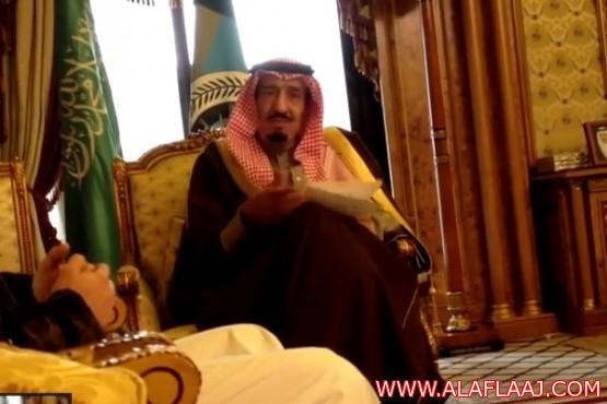 """فيديو نادر.. الأمير سلمان """"يضبط"""" شاباً يصوّره خفية"""