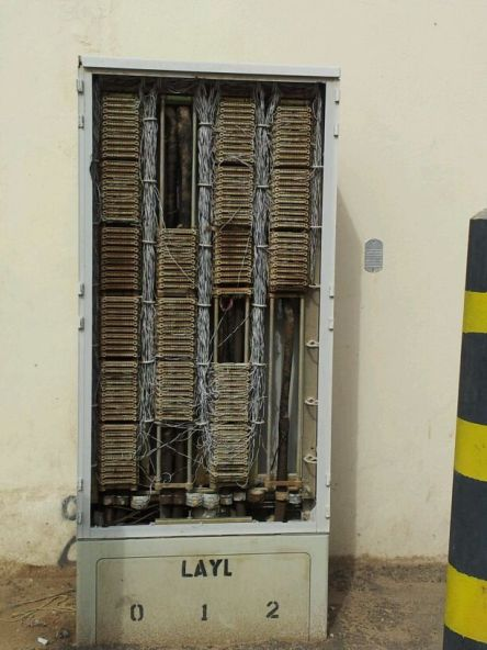كابينة هاتف مكشوفة بجوار أحد المساجد