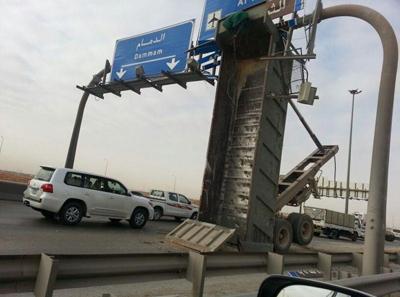 حادث مروري بطريق الرياض -الدمام يثير استغراب المارة..«شلون سواها!»