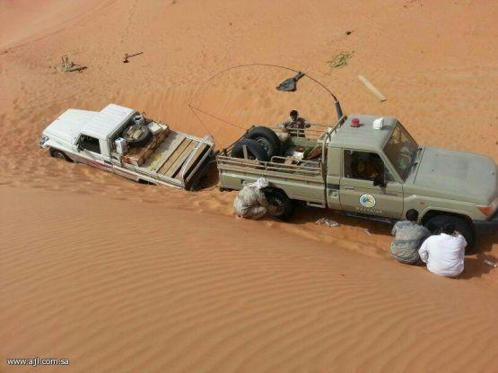 أمضو أربعة أيام بالصحراء .. حرس الحدود ينقذ مواطنين داخل الربع الخالي .!!