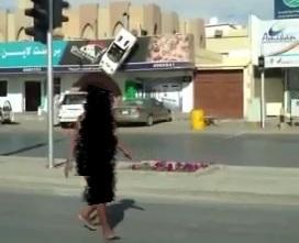 الشرطة : تكشف ملابسات سير فتاة عارية
