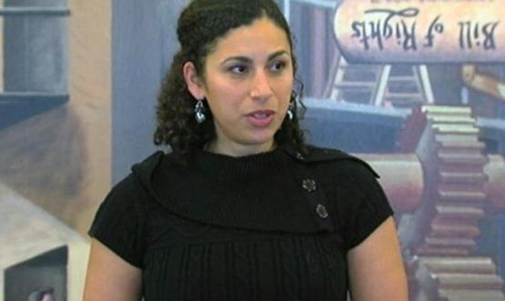 يهودية من أب سعودي تقاضي جهات أمنية.. بسبب تعريتها
