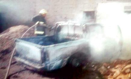 إخماد حريق شب في سيارة بدون لوحات