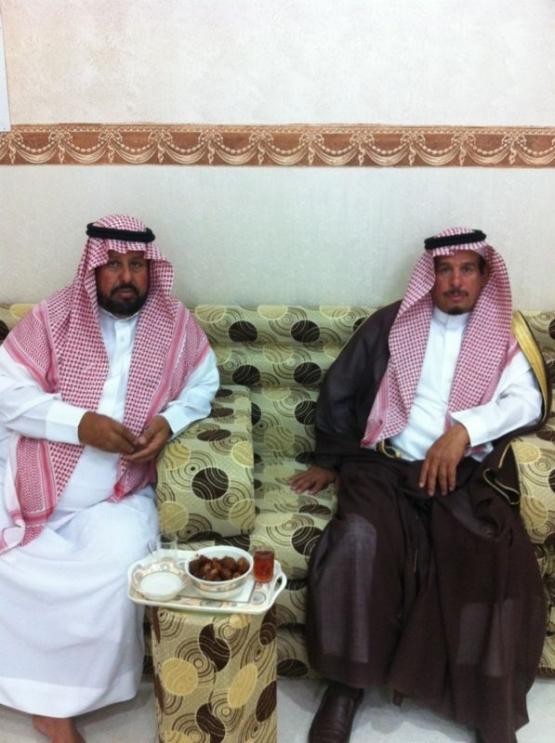 محافظ الأفلاج يقوم بأداء واجب العزاء في الشيخ حمد المصارير