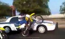 استهتار لسيارة الشرطة من سائقي دراجات نارية - فيديو