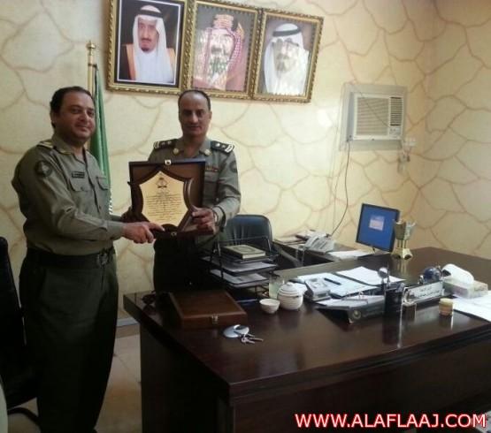 منسوبو شعبة جوازات الأفلاج تكرم مديرهم السابق الرائد عبد الرحمن المطلقة