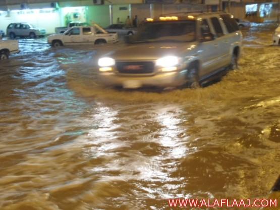 جهود جبارة يقوم بها مرور الأفلاج لتسهيل سير الطرقات بعد هطول الأمطار