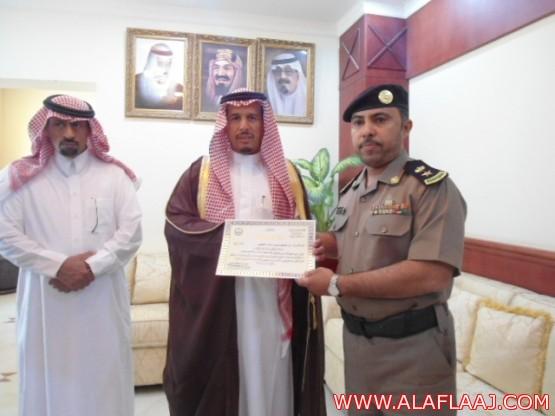 محافظ الأفلاج يكرم عدداً من ضباط وأفراد أمن الطرق